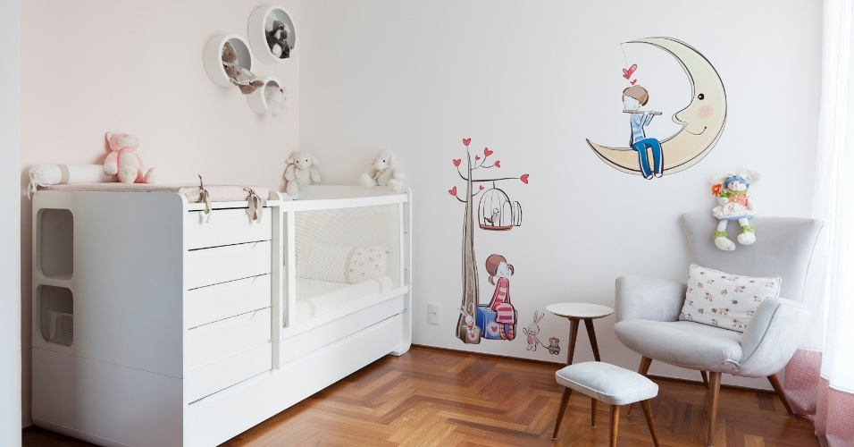 Quarto da menina do apartamento reformado do Paraíso, zona sul de São Paulo. A parede foi pintada de um rosa bem claro, e o mobiliário comprado. Uma arandela complementa a iluminação dimerizada. O piso de assoalho de cumaru é novo, e o projeto é do arquiteto Renato Dalla Marta, do AUM Arquitetos