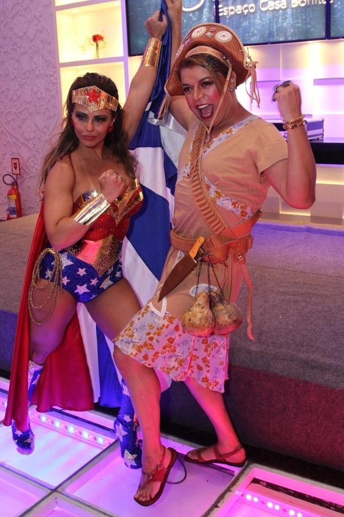 1.abr.2016 - Vestida de Mulher-Maravilha, Viviane Araújo posa ao lado de David Brazil em sua festa de 41 anos. A comemoração aconteceu em uma casa de festas em Bangu, no Rio de Janeiro
