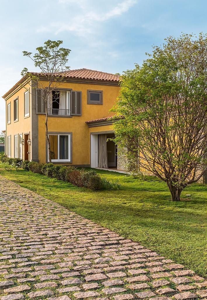 Para esta casa de campo no interior de São Paulo, o arquiteto Dado Castello Branco mesclou elementos mediterrâneos e coloniais. A fim de favorecer a ventilação e integrar a construção com o verde do entorno, foram projetadas amplas aberturas na fachada