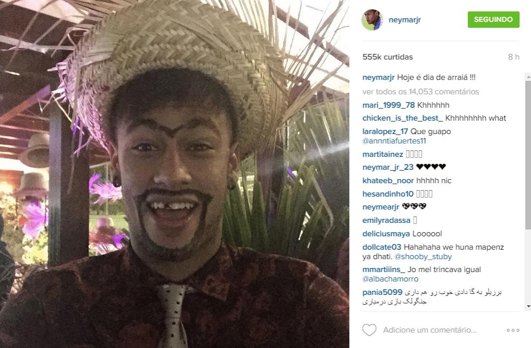 3.jul.2015 - Neymar Jr. se veste de caipira para sua festa julina que reuniu vários famosos, denominada