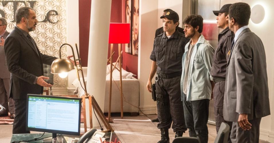 Jonatas (Felipe Simas) é preso em
