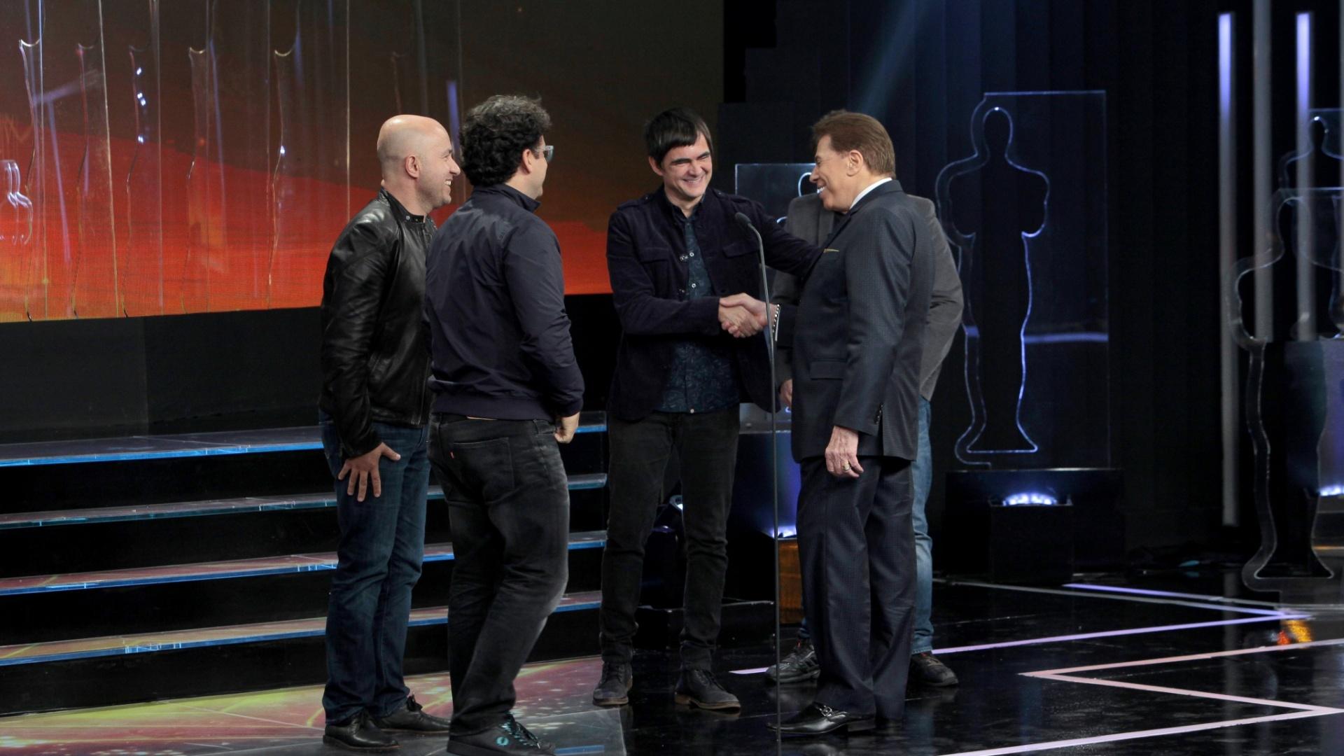 Silvio Santos conversa com a banda Skank no palco do Troféu Imprensa