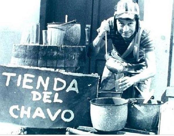 """26.ago.2015 - O canal peruano Ozono Televisión divulgou em seu perfil no Facebook registros inéditos dos bastidores das gravações das séries mexicanas """"Chaves"""" e """"Chapolin Colorado"""", criadas pelo ator Roberto Gómez Bolaños. Ao todo, foram divulgadas 35 imagens que reúnem todos os atores"""