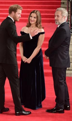 26.out.2015 - Príncipe Harry conversa com o diretor Sam Mendes e a produtora Barbara Broccoli durante a estreia mundial de