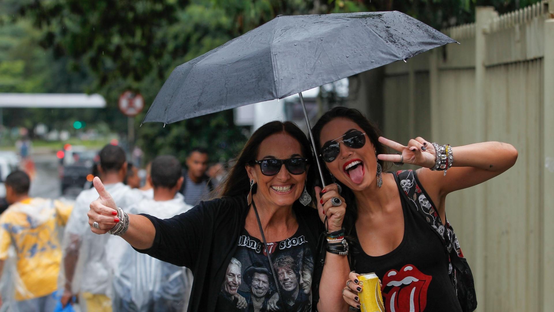 24.fev.2016 - Fãs dos Rolling Stones fazem pose antes de entrar no Estádio do Morumbi para assistir à primeira apresentação da banda em São Paulo pela