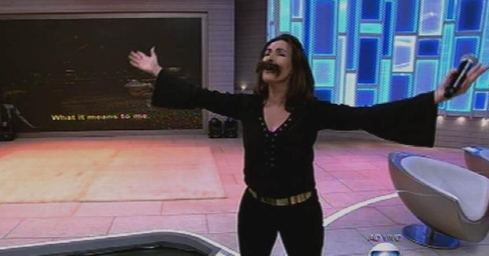 18.set.2015 - Usando bigode, Fátima Bernardes dubla a música