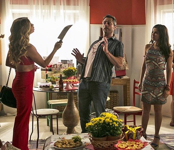 Atena acusa Romero de ser um bandido no chá de panela dele com Tóia