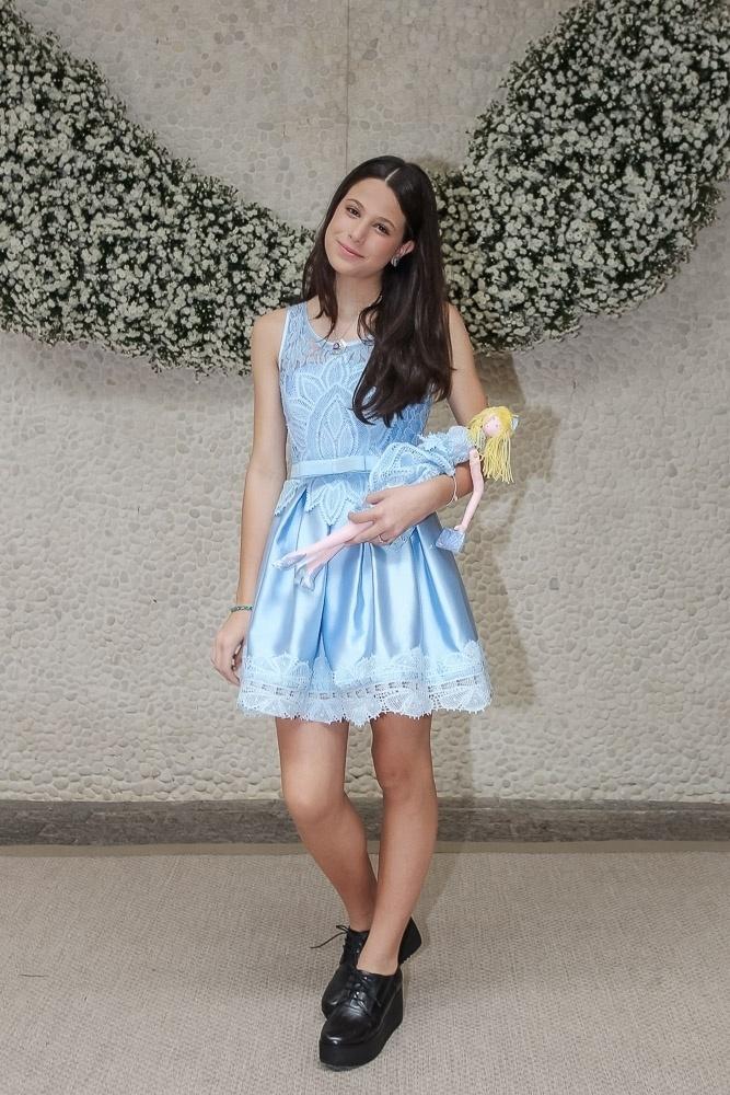 9,mar.2016 - Filha de Claudia Raia e Edson Celulari, Sophia Raia roubou a cena em um evento de moda, em São Paulo. A estudante de 13 anos desfilou com um vestido azul e segurando uma boneca de pano com roupa semelhante à dela