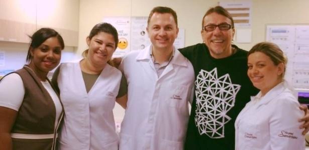 9.abr.2016 - O cantor Lenine, que teve alta neste sábado, publicou foto com a equipe médica