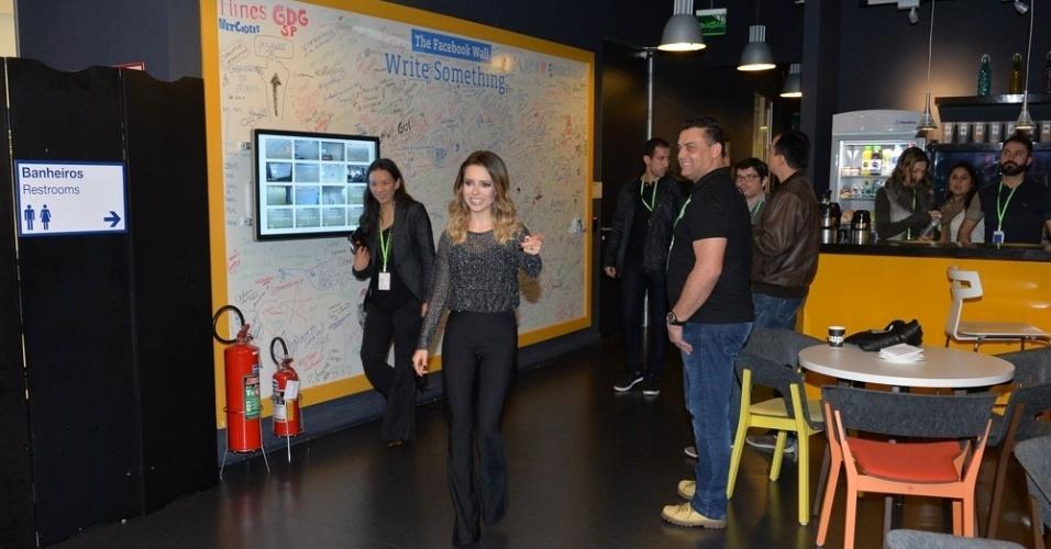 21.jun.2016 - Cantora Sandy chega para conversar com a imprensa sobre seu novo álbum