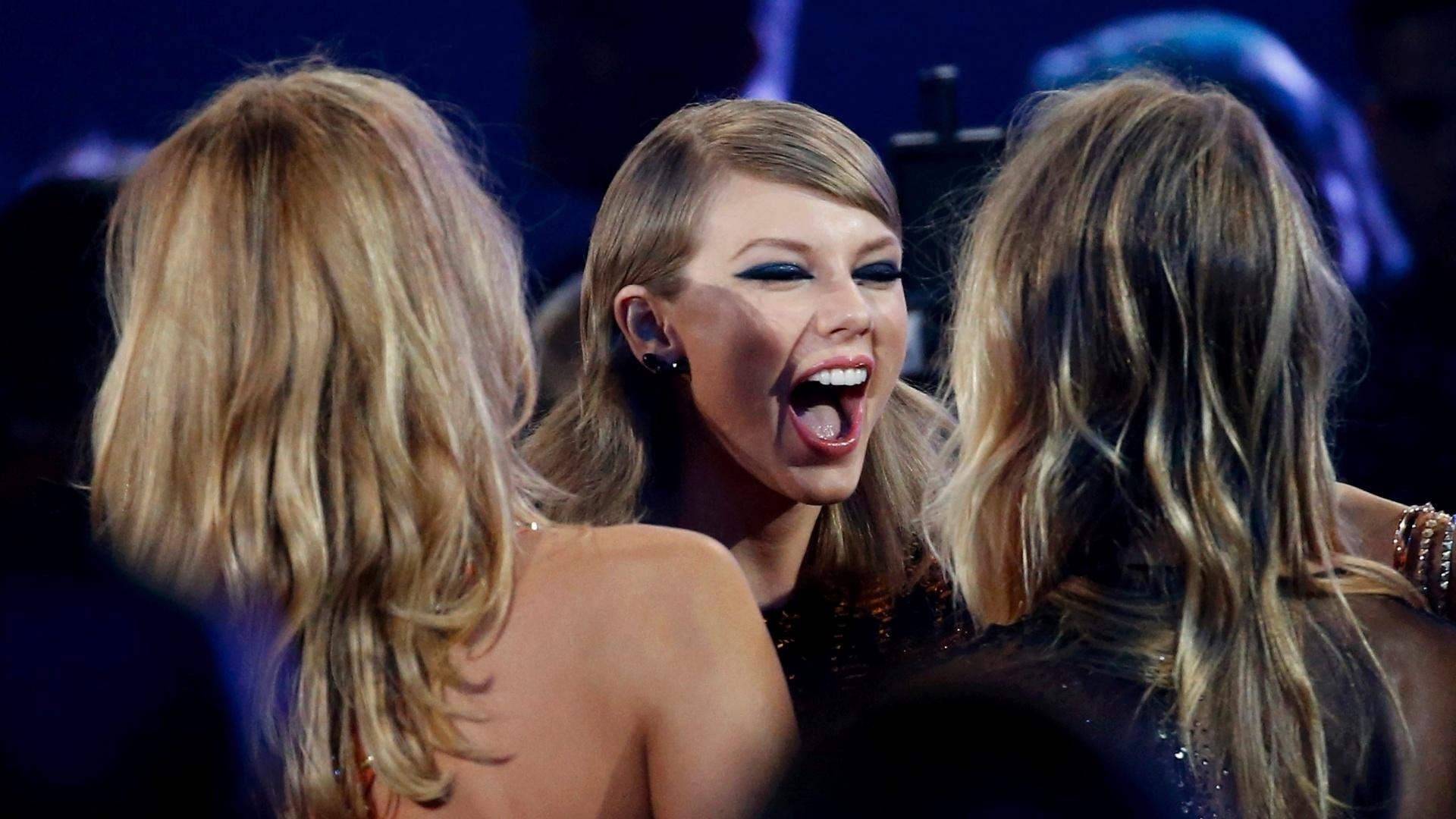 30.ago.2015 - Taylor Swift ganhou o seu segundo prêmio da noite na categoria