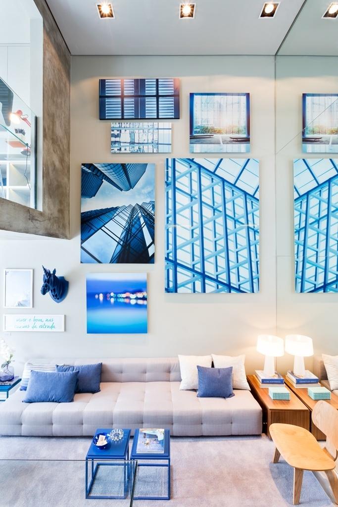 No apê Alvorada são os detalhes em azul, do claro ao escuro, que criam a identidade do projeto assinado pelo escritório Suite Arquitetos. Como os ambientes são integrados, a paleta tem o cinza como base. O espelho, que reveste a parede lateral (à dir.), amplia os espaços
