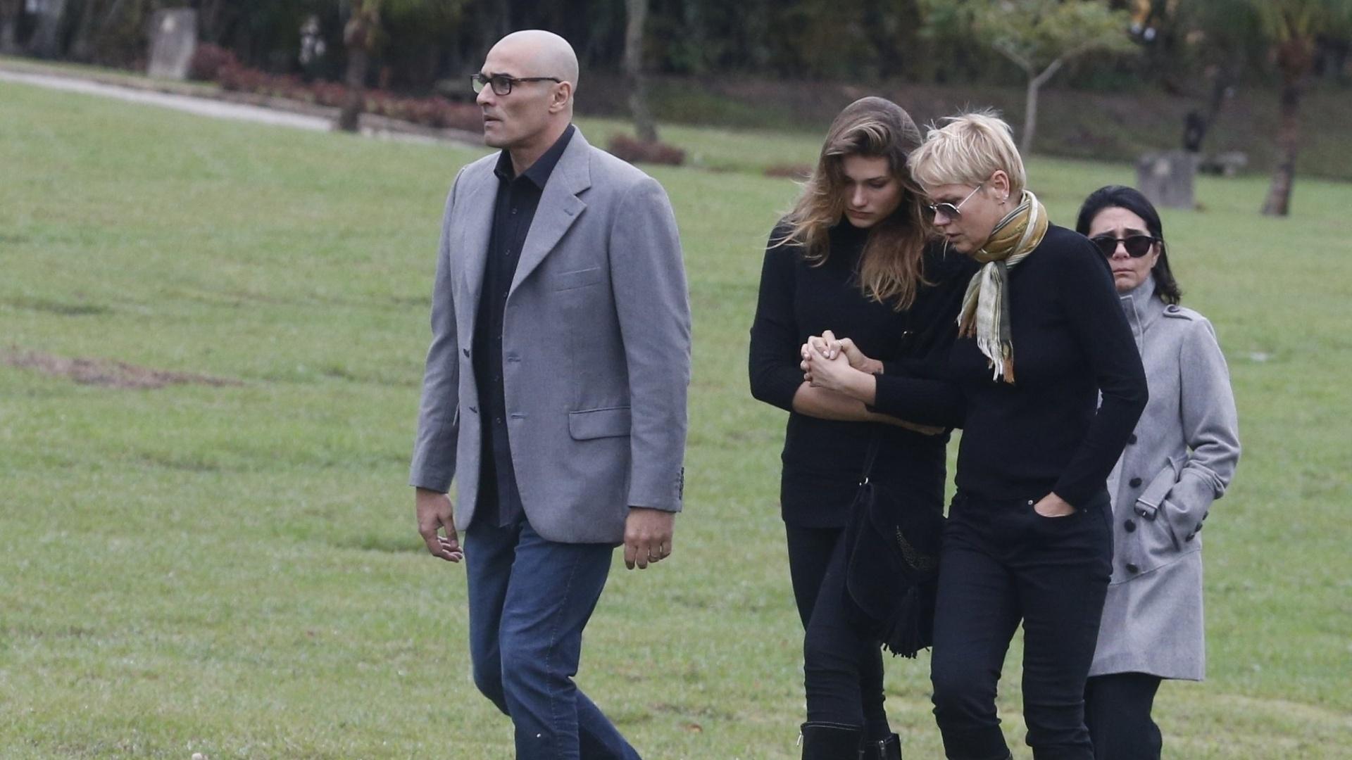 13.set.2015 - Abraçada com Sasha, Xuxa deixa o Cemitério da Saudade, na Paciência