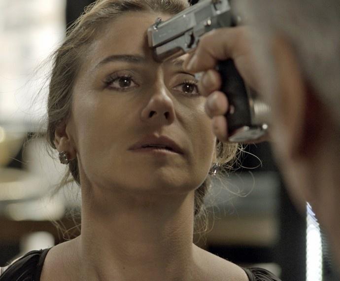 Atena fica sob a mira de uma arma