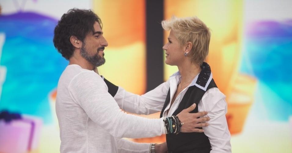 """17.dez.2015 - Marcos Mion recebe Xuxa no especial de Natal do """"Legendários"""""""