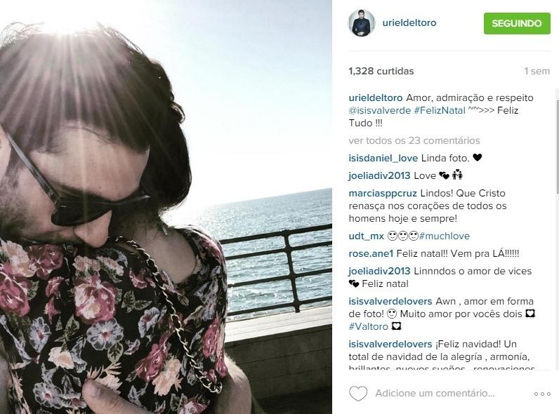 Dez.2015 - Uriel Del Toro posta foto de abraço com Isis Valverde.