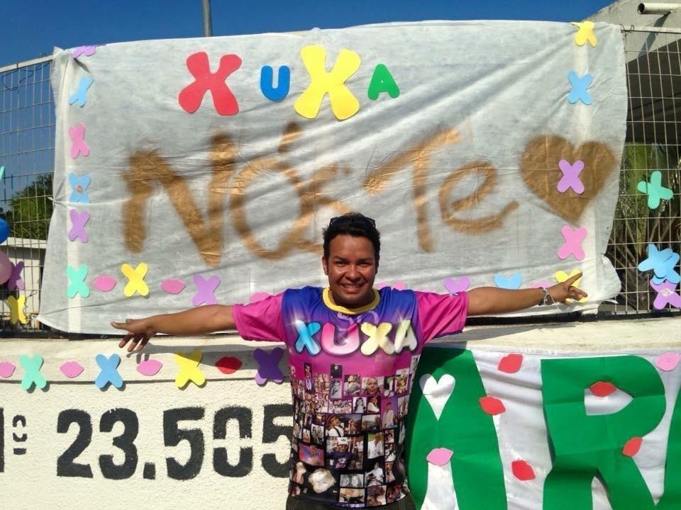 17.ago.2015 - O fã Henrique Thadeu posa com camiseta personalizada e cartaz em frente ao Recnov na Record, no Rio de Janeiro