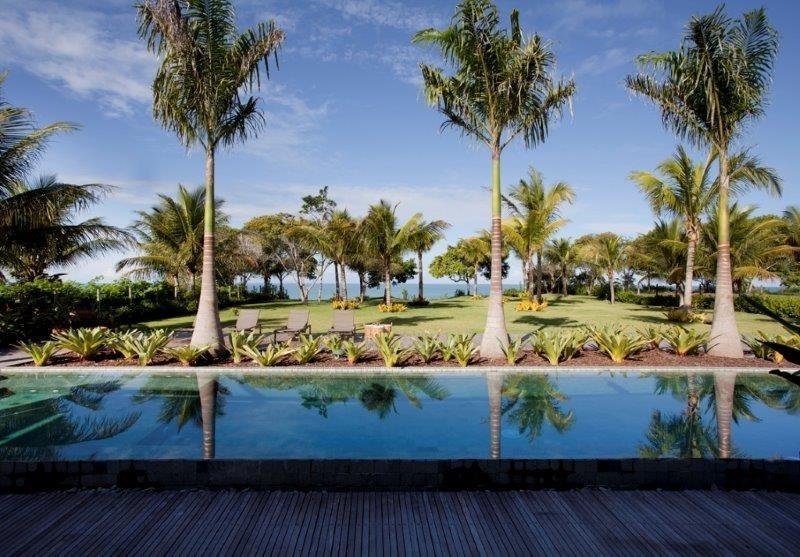 O casal de proprietários da casa Areia escolheu a pedra Hijau (Palimanan) para revestir a piscina. A arquiteta Debora Aguiar aprovou a decisão: