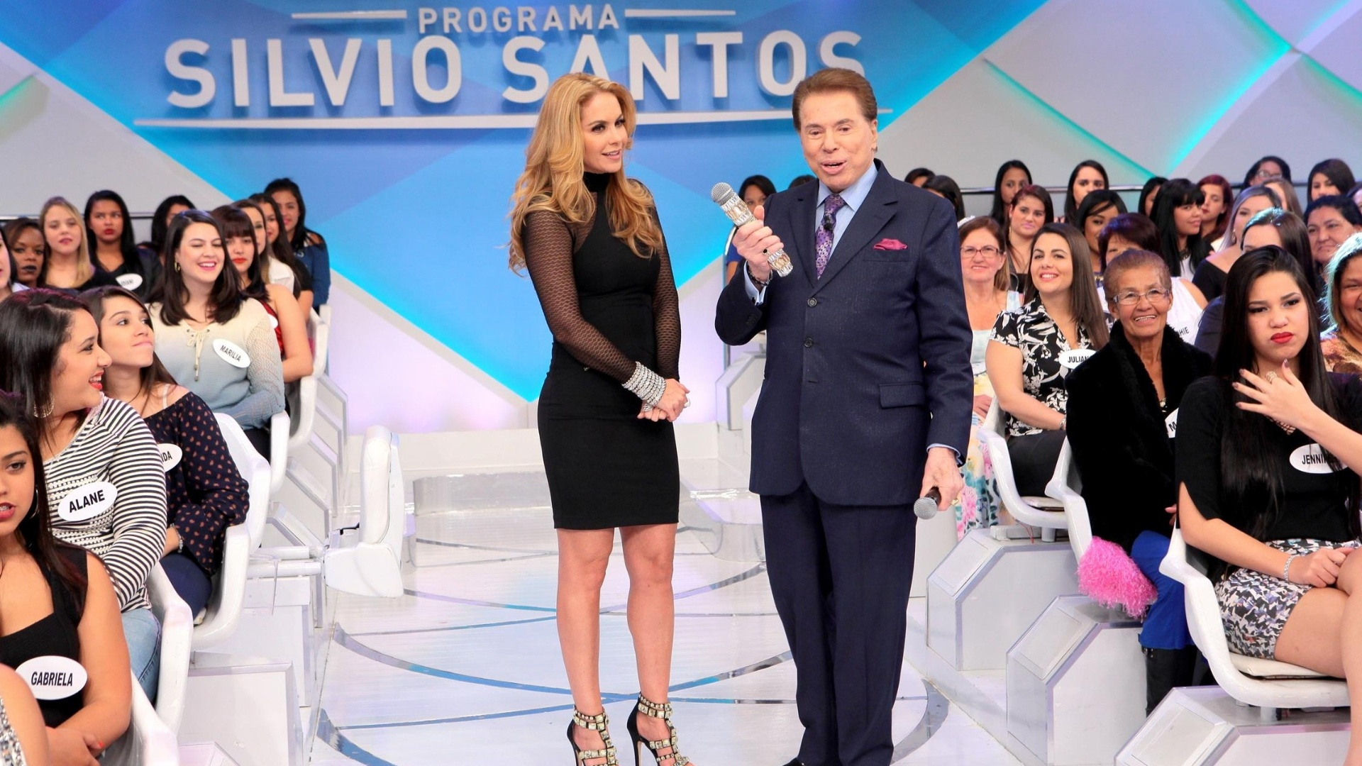 Silvio Santos conversa com a atriz mexicana Lucero no programa que irá ao ar no dia 17