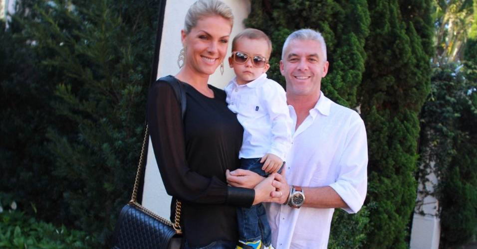 2.ago.2015 - Ana Hickmann prestigia festa de Rafa Justus com o marido, Alexandre Côrrea, e o filho do casal, Alexandre Filho
