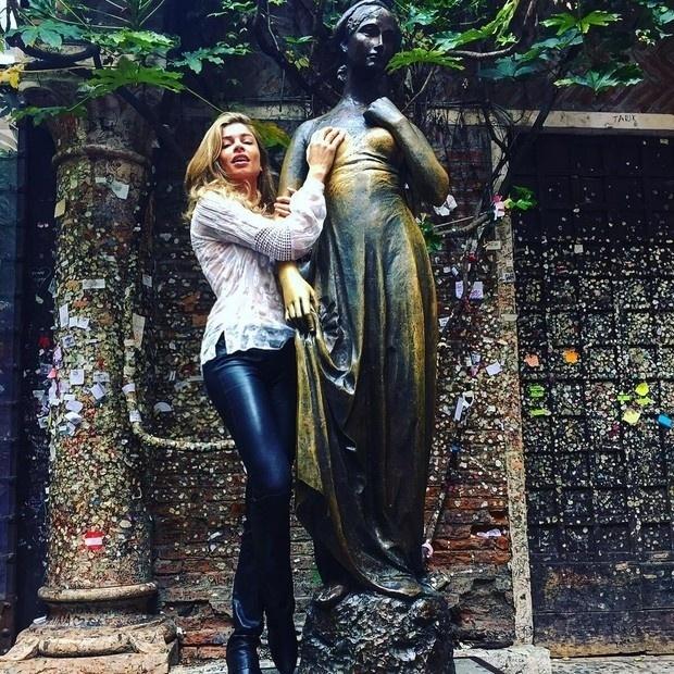 09.out.2015 -Grazi Massafera está a trabalho em Verona, na Itália, mas a atriz tem aproveitando a viagem para também se divertir. Nesta sexta-feira (9), ela publicou uma imagem no seu Instagram, brincando com a estátua de Julieta, personagem de William Shakespeare, que está localizada na cidade italiana.