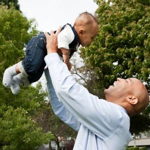 Especialistas não recomendam que os pais brinquem de jogar o bebê para cima