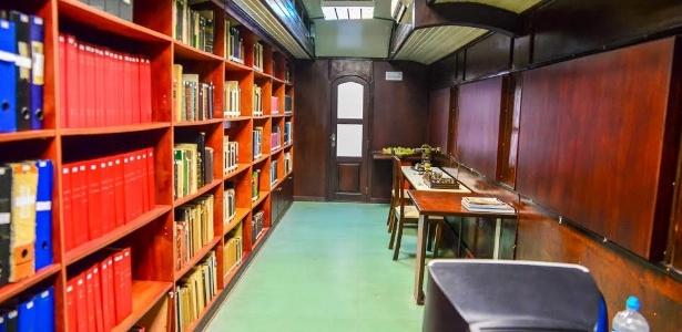 Viaje pela história em biblioteca dentro de uma Maria Fumaça em Curitiba
