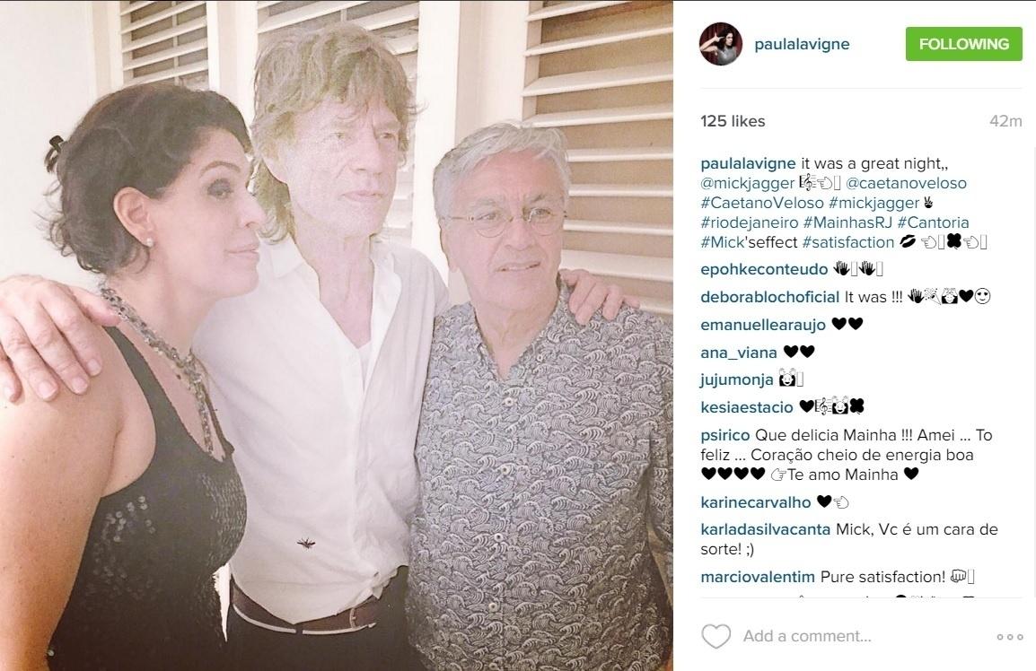 18.fev.2016 - Após desembarcar no Rio, Mick Jagger posou para foto com Caetano Veloso. O registro do encontro entre os músicos foi feito por Paula Lavigne na madrugada desta quinta-feira no Instagram.