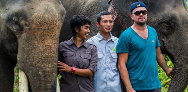 Leonardo DiCaprio posa com elefantes durante visita ao parque Nacional Leuser, na província de Aceh, na Indonésia