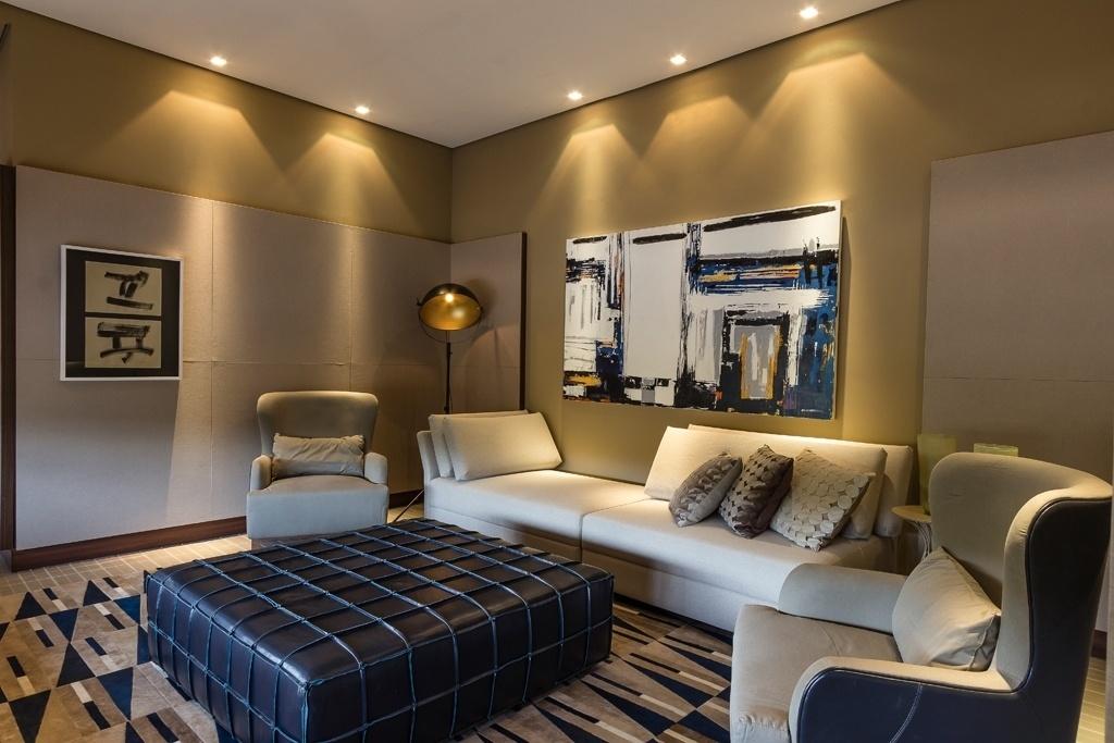 Aldomar Caprini assina a Sala da Família, na Casa Tropicália da Casa Cor Campinas 2016. As paredes ganharam revestimento em tecido, criando uma atmosfera intimista. As telas são abstratas e o tapete, que ocupa todo o piso, conta com padrão geométrico