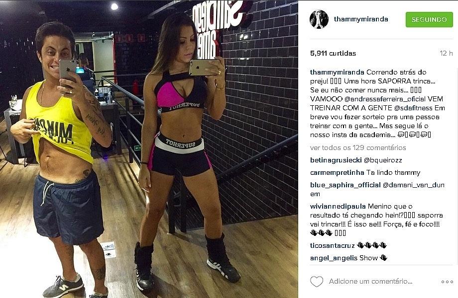 "3.out.2015 - Thammy Miranda malha com a namorada e exibe ""tanquinho"" masculino na academia"