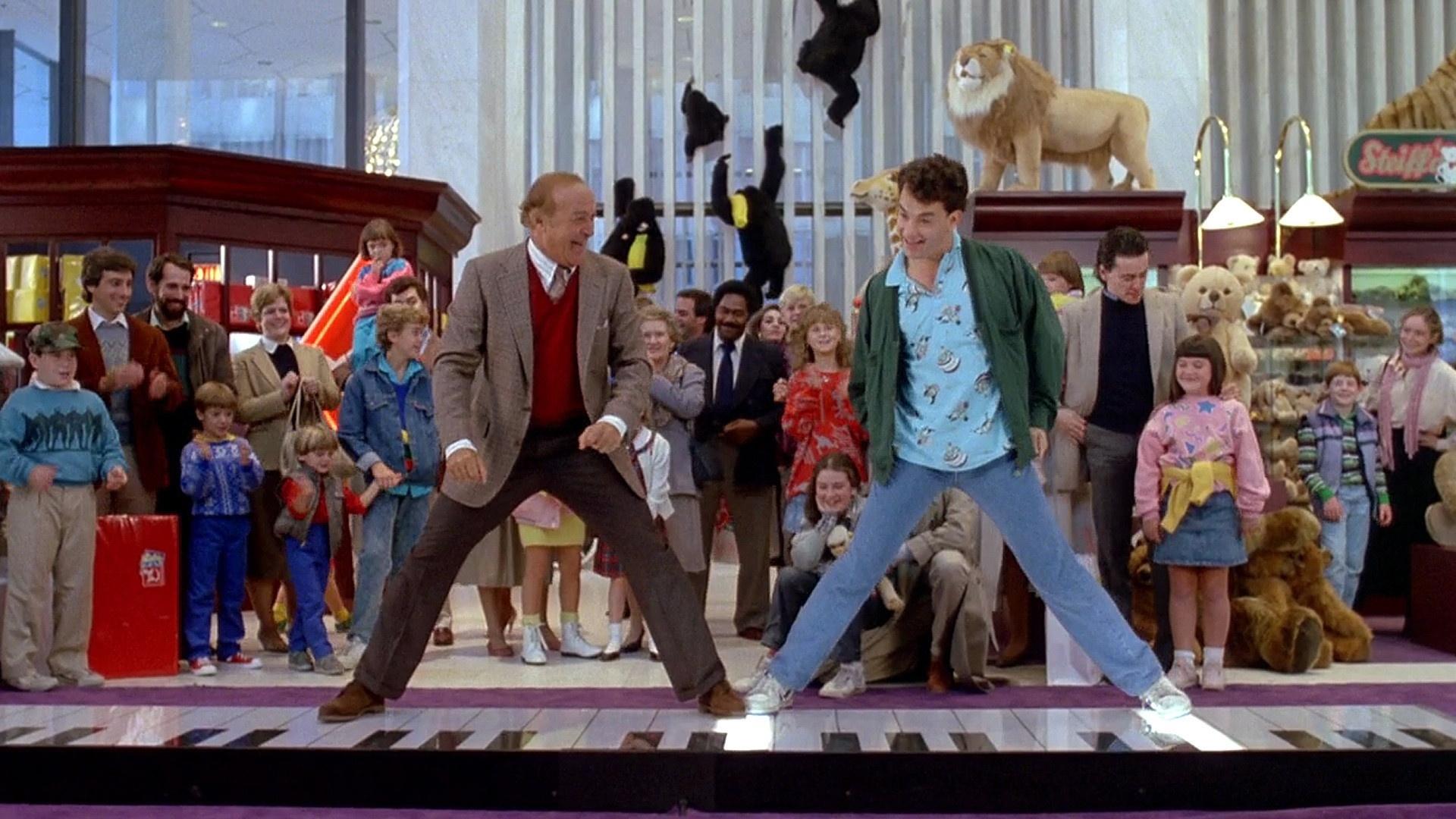 Robert Loggia dança tocando piano com Tom Hanks em