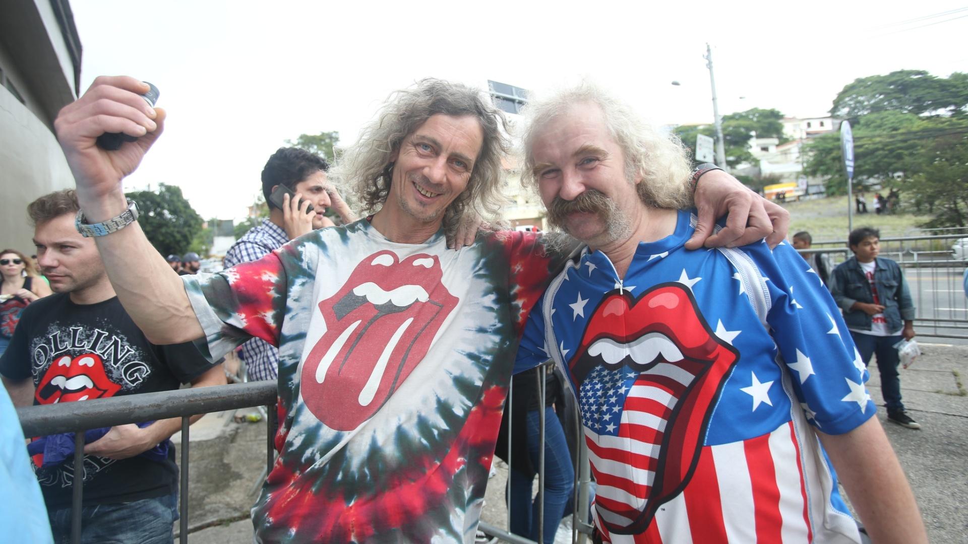 24.fev.2016 - Fãs de diversas idades aguardam a abertura dos portões para o show dos Rolling Stones em frente ao estádio do Morumbi, em São Paulo.