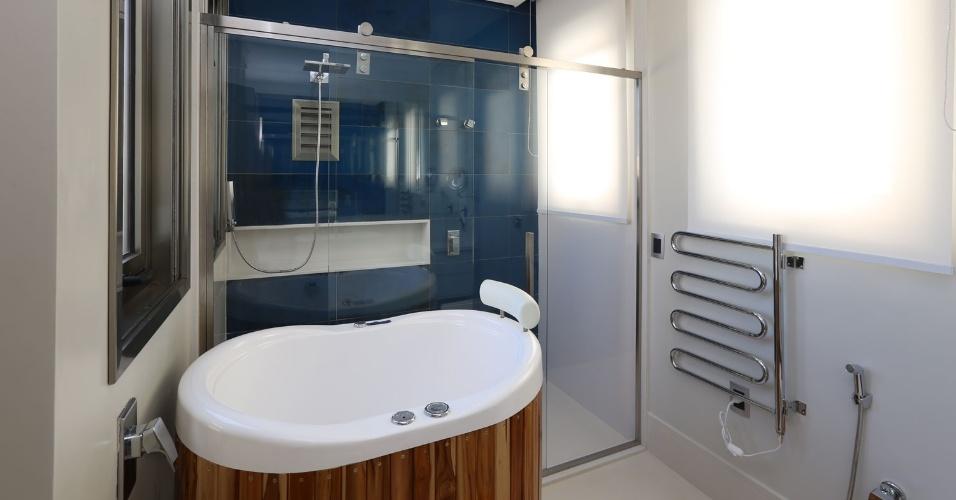 Neste banheiro, o revestimento azul, da Portobello, é de vidro. Porque o modelo de chuveiro comprado não era o mais econômico (27 L por minuto), foi necessário adaptar um redutor (13 L por minuto). A caixa de alumínio sob o chuveiro abriga um filtro-bolsa, para purificar a água que fica parada nos canos. A casa Campinas tem projeto de arquitetura assinado por Teresa d'Ávila
