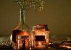 Aprenda a transformar potes e garrafas de vidro em porta-velas e vasos - Karime Xavier/Folhapress