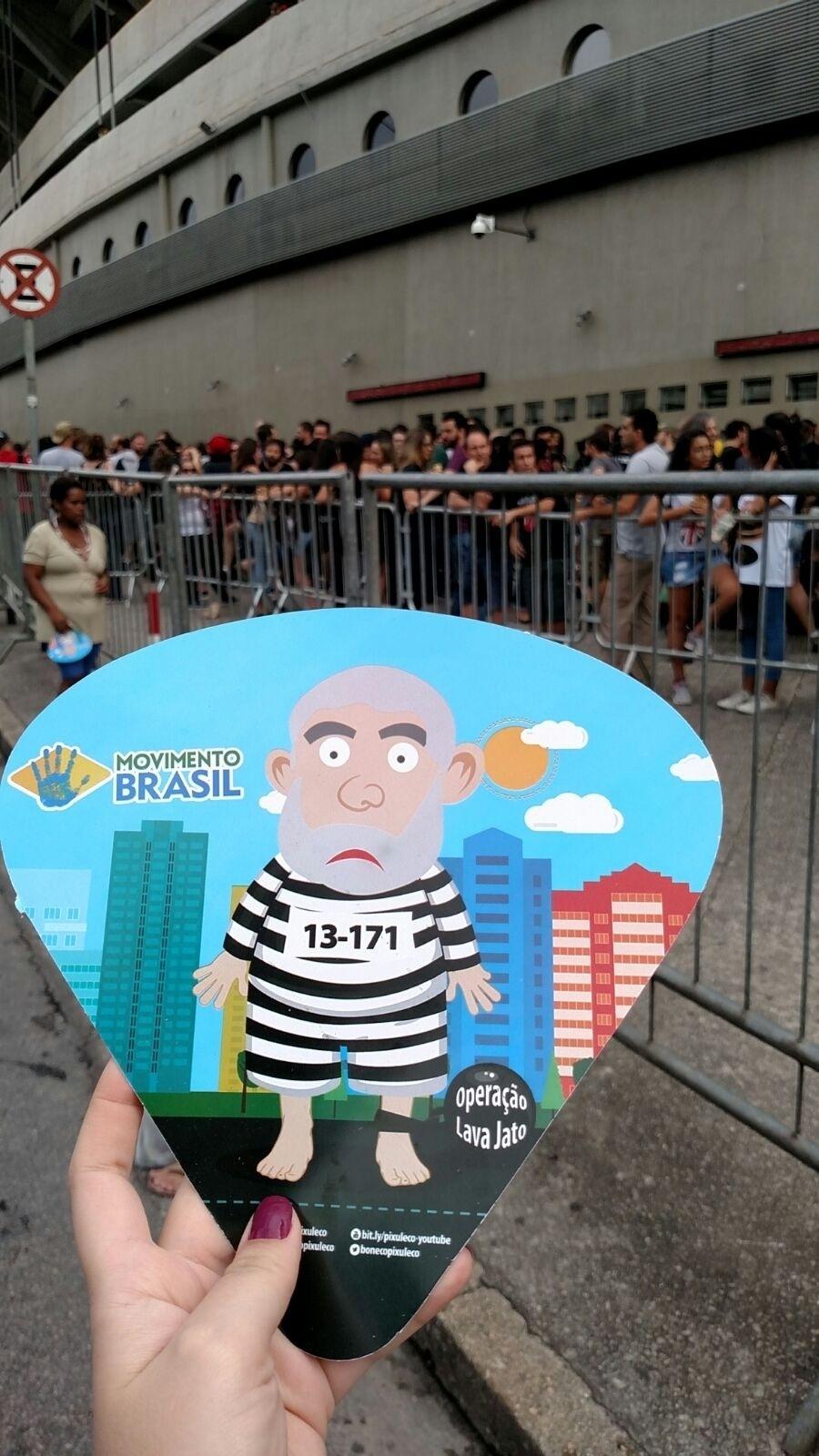 27.fev.2016 - Militantes distribuem panfletes em frente ao estádio do Morumbi, em São Paulo, antes do show dos Rolling Stones, convocando as pessoas para uma manifestação contra a corrupção
