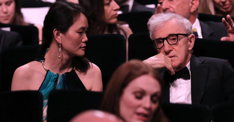 11.mai.2016 - O diretor de cinema americano Woody Allen ao lado de sua mulher, Soon-Yi Previn, durante abertura da 69ª edição do Festival de Cannes, que teve a exibição do seu mais novo filme