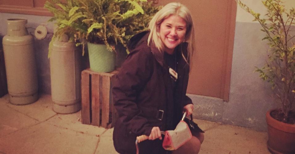 21.nov.2015 - Luciana Yonekawa brinca com o triciclo da Chiquinha
