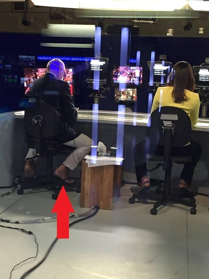 """26.dez.2015 - Foto tirada por trás do """"Jornal da Band"""" mostra Ricardo Boechat apresentando noticiário de chinelos"""