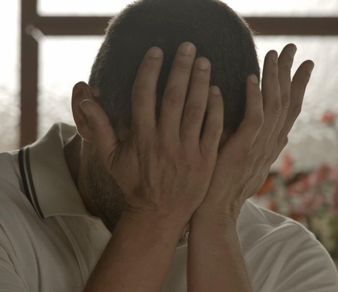 Desesperado, César conta para Domingas que matou os próprios filhos: