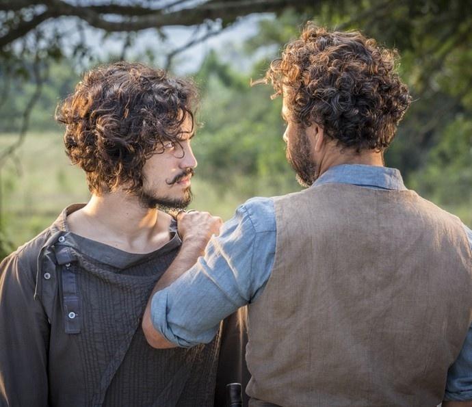 Miguel (Gabriel Leone) questiona Cícero (Marcos Palmeira) em