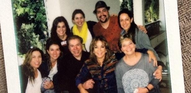 Silvio Santos posa ao lado da mulher Íris Abravanel, do neto Tiago, e das seis filhas (esq. para dir.): Patrícia, Rebeca, Renata, Daniela, Silvia e Cíntia