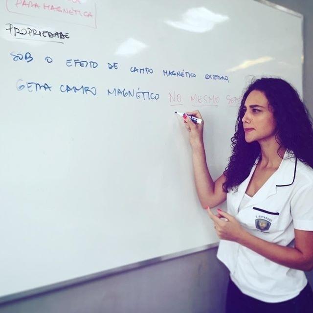 23.out.2015- Débora Nascimento esteve na tarde desta sexta-feira (23) no Projac e deixou seus fãs curiosos com uma foto em que aparece escrevendo no quadro e com o uniforme do Colégio Leal Brasil, de