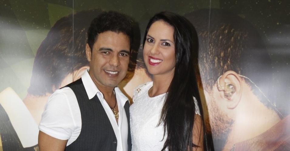 23.jun.2015 - Zezé di Camargo tira foto ao lado da namorada, Graciele Lacerda, após apresentação da turnê