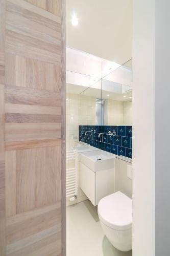 O banheiro, dentro da caixa metálica, tem paredes e forro com altura mínima que acompanha o pé-direito do corredor de acesso (foto 6). O uso de espelhos e cerâmica clara antiga dá a sensação de amplitute ao