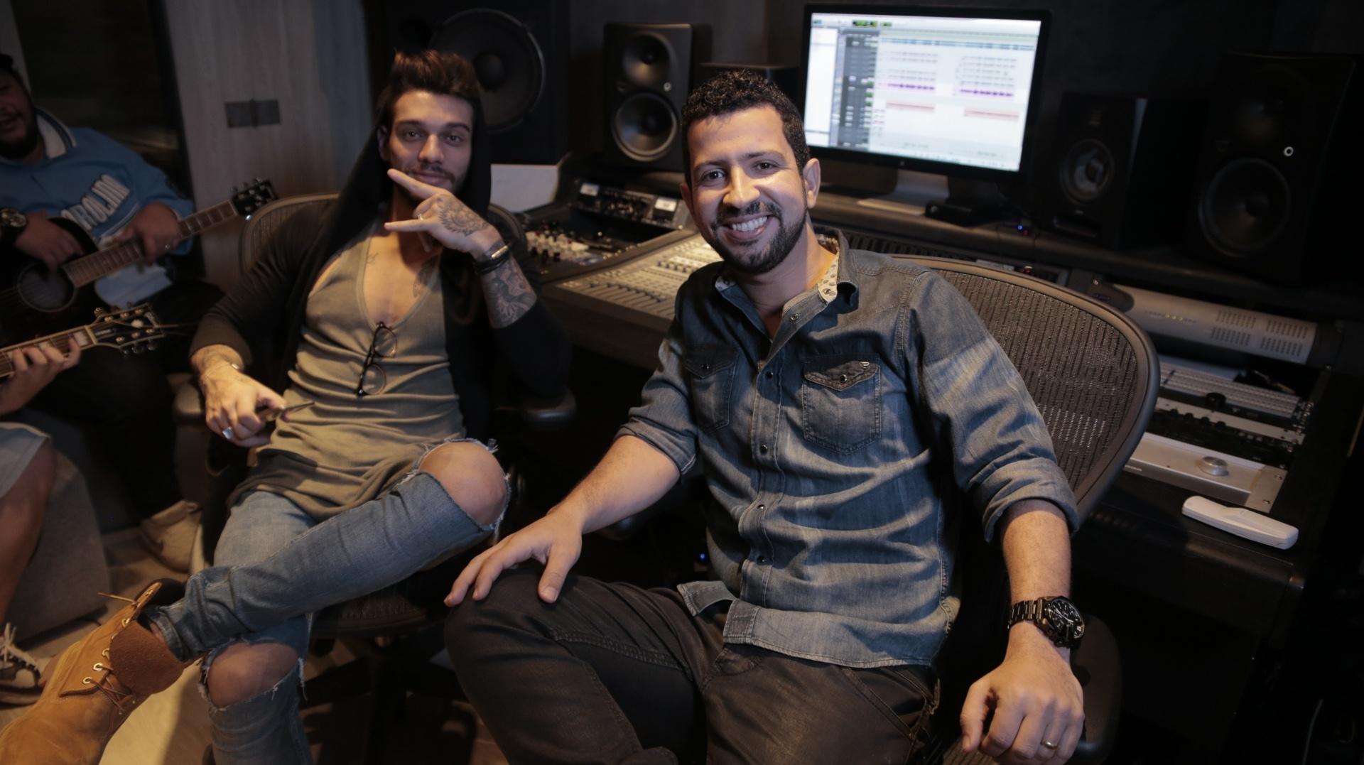 Dennis DJ com o cantor sertanejo Lucas Lucco no estúdio