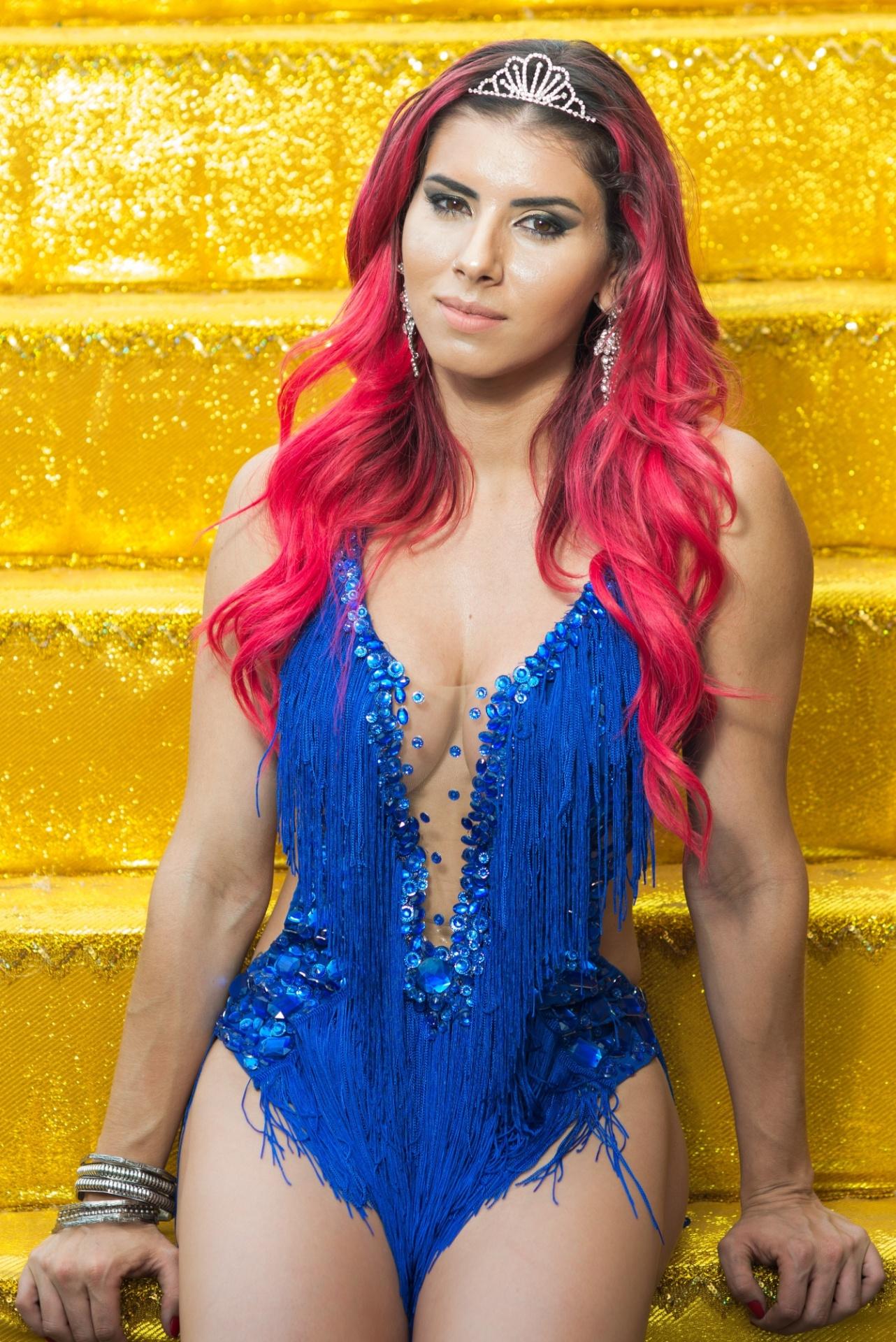 8.jan.2015 - Musa da Rosas de Ouro Thais Bianca posa no barracão da escola no carnaval de 2016