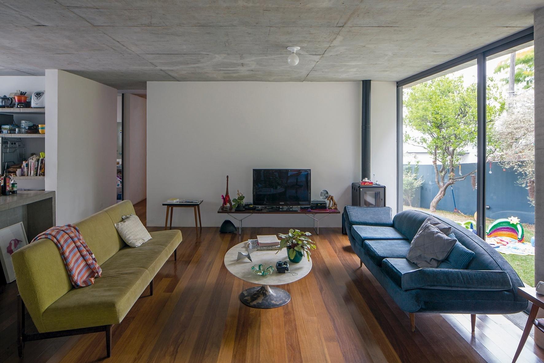 As paredes divisórias da casa LP, projetada pelo escritório Metro Arquitetos na capital paulista, foram pintadas de branco, diferenciando-se das partes estruturais mantidas