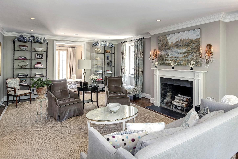Casa do Obama - Uma das salas de estar tem um amplo e aconchegante espaço com sofá, cadeira, poltronas, além de uma lareira ideal para os dias de frio na capital federal dos Estados Unidos. O destaque da decoração é o tapete de fibra natural que preenche quase a totalidade do cômodo