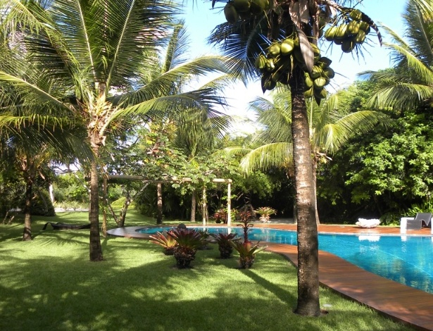 Junto ao deck da piscina, o paisagista Marcelo Faisal dispôs coqueiros (Cocos nucifera L.) e bromélias. Tais plantas formam a base do jardim que toma 11 mil m² de uma residência em Trancoso, na Bahia. O paisagismo ainda incorpora espécies comumente vistas nas restingas da região